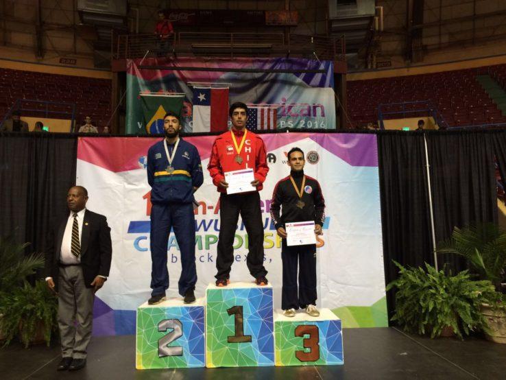 Ariel Mancilla recibiendo su medalla de oro por el primer lugar obtenido en Categoría Gunshu Opcional de XI Panamericano de Wushu en Texas, USA.